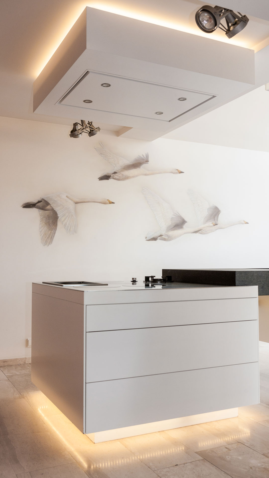 Exclusieve zwanen muurschildering in mooie design keuken