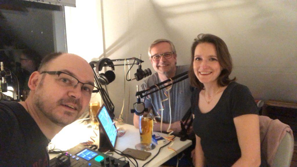 Bild vom Radio37-Podcast-Team am Schreibtisch
