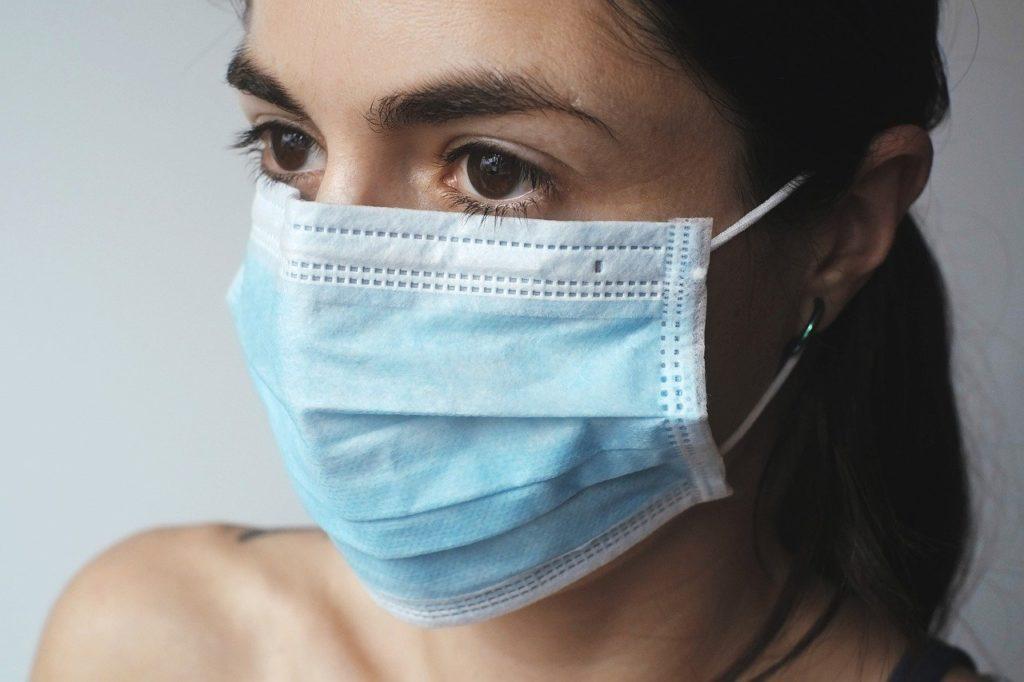 Bild einer Dame mit Mundschutz