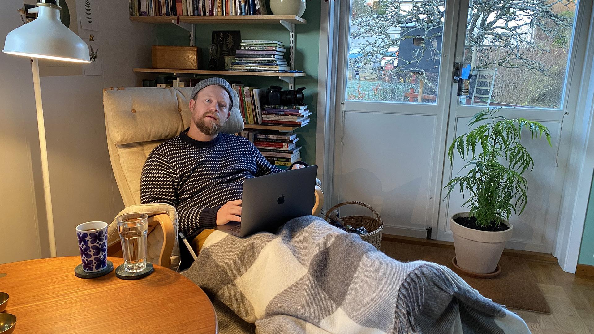 Johan konfererar i fåtölj