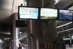 Flotte og informative monitorer på den underjordiske station.