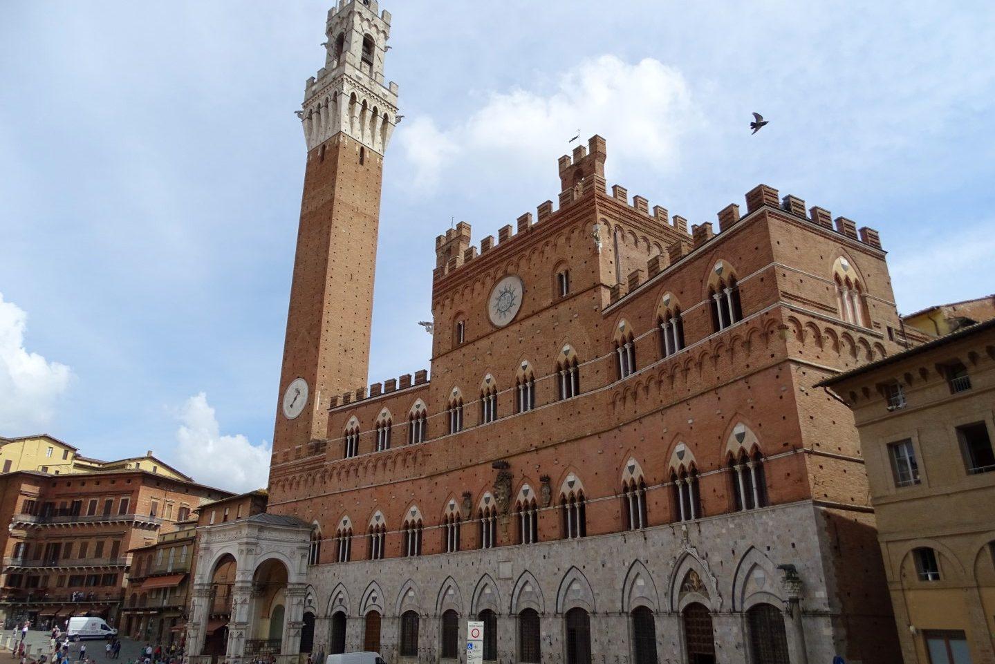 Stadhuis Palazzo Pubblico op het plein Piazza del Campo