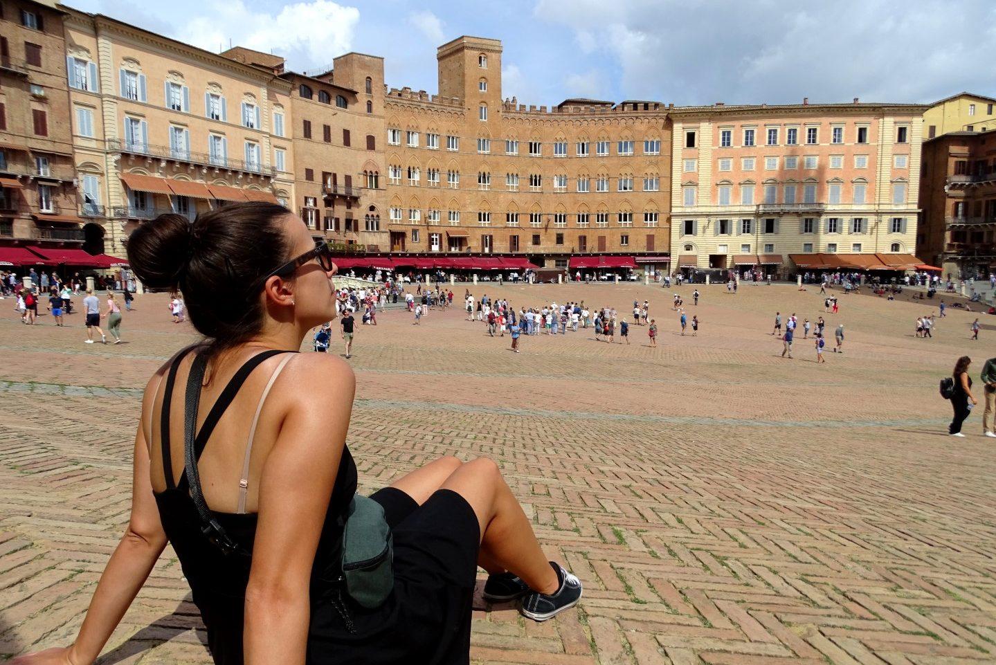 Het schelpvormig stadsplein Piazza del Campo