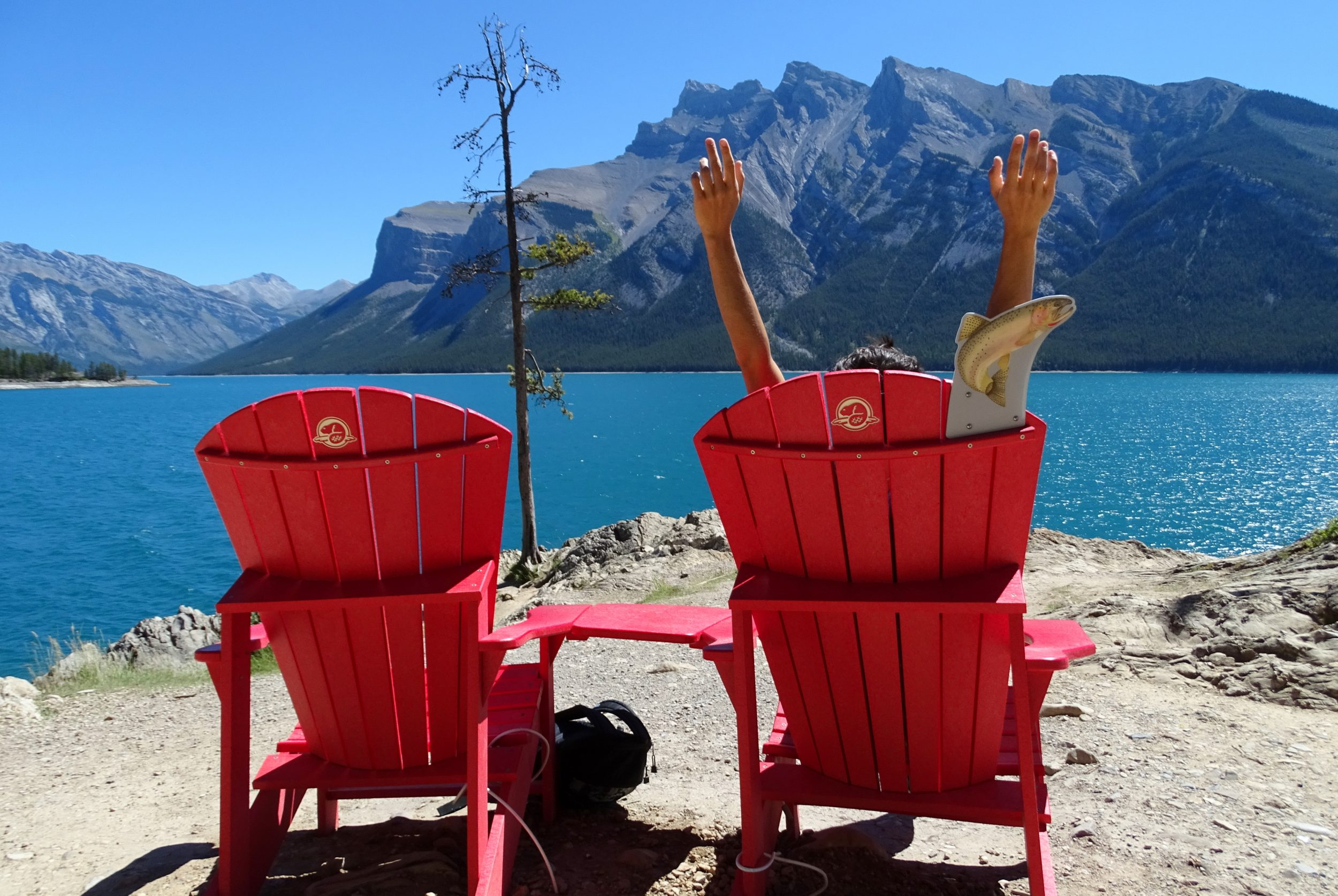 Red Chairs aan Lake Minnewanka Canada