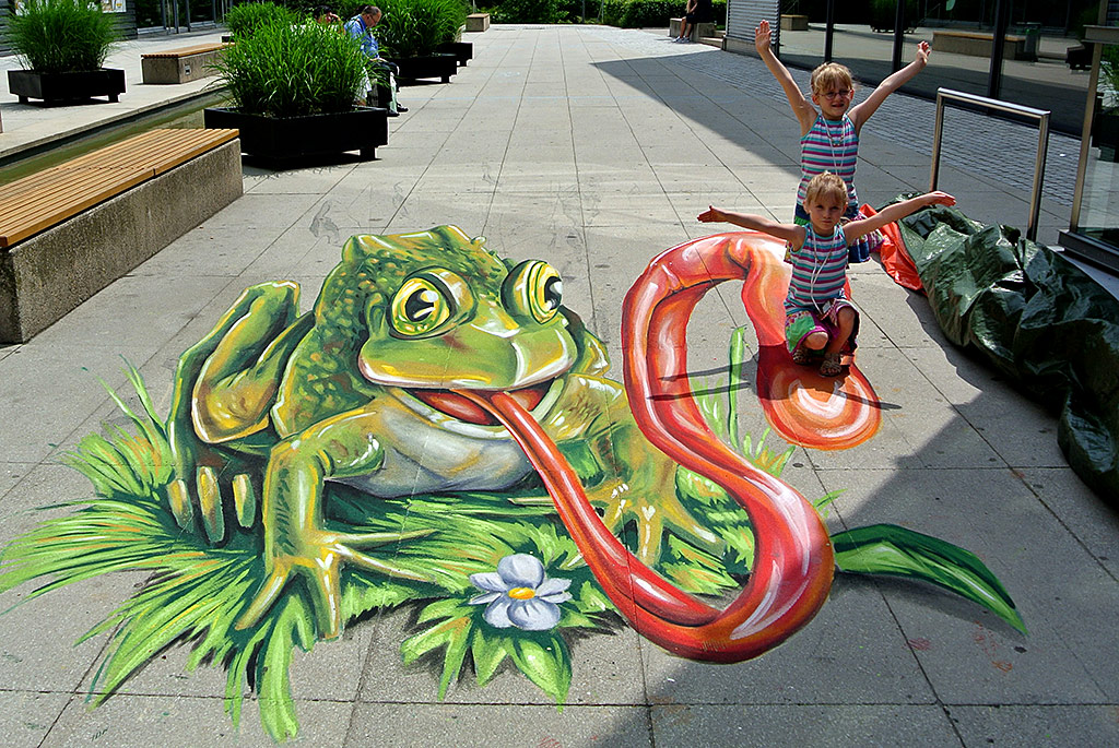 3D Streetpainting Eating Frog
