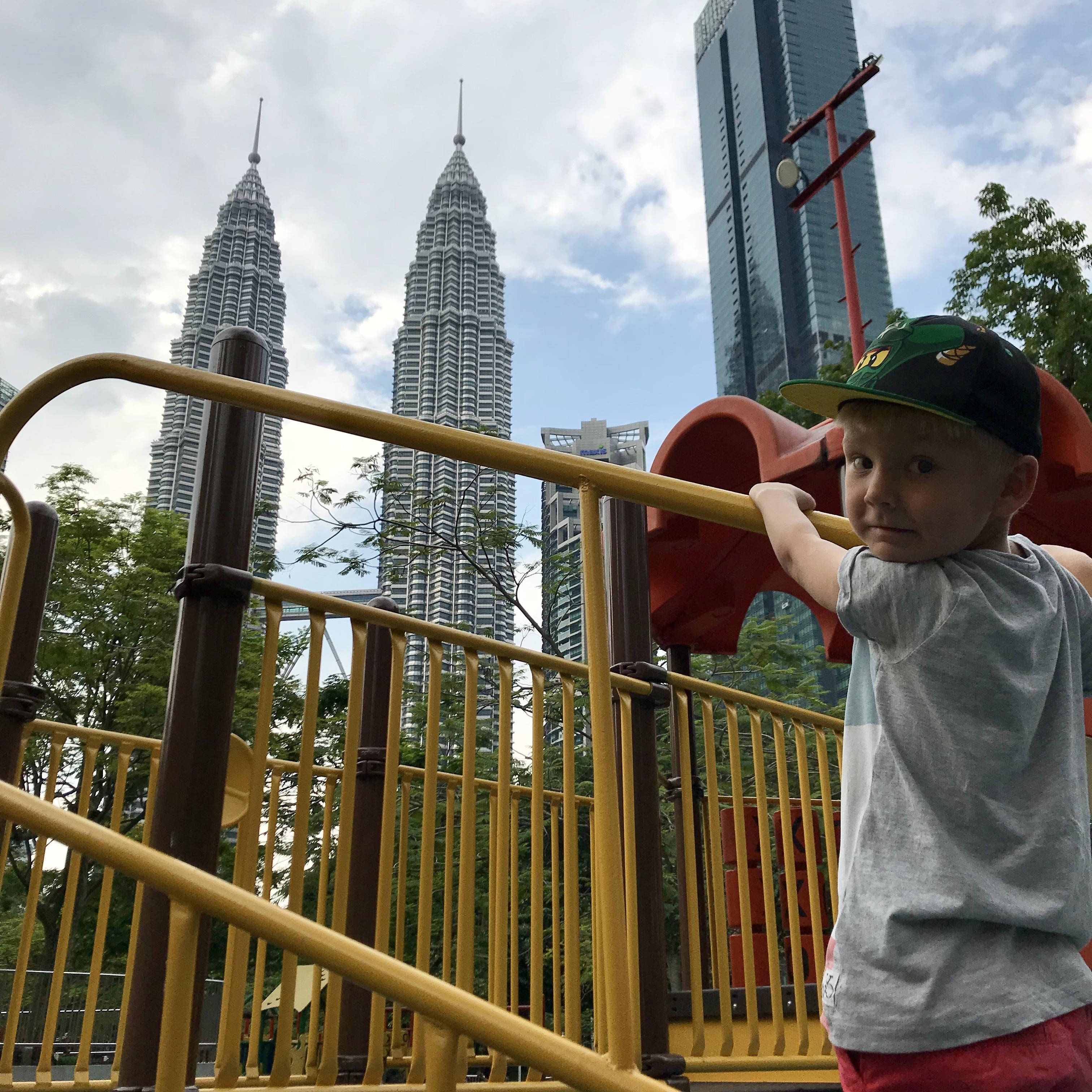 Klättring i KLCC Park med utsikt mot Petronas Twin Towers.