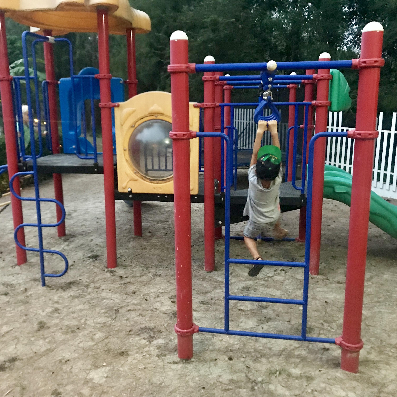 Love går armgång på lekplatsen på Mango spa & resort i Hua Hin.