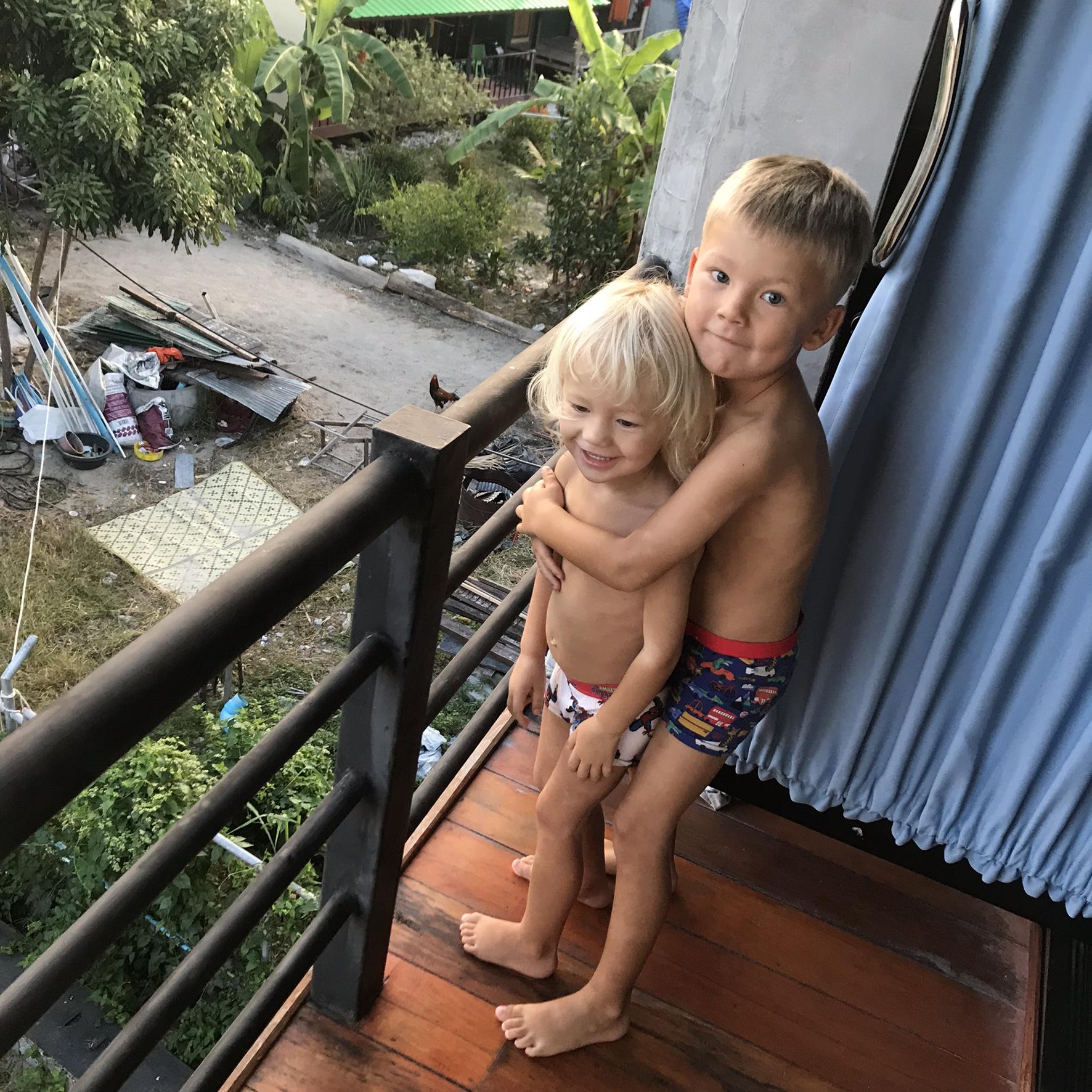 Barnen på balkongen på Noi Guesthouse, Koh Lipe.