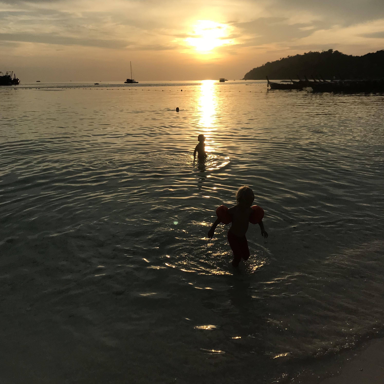 Solnedgång på Pattaya Beach, Koh Lipe.
