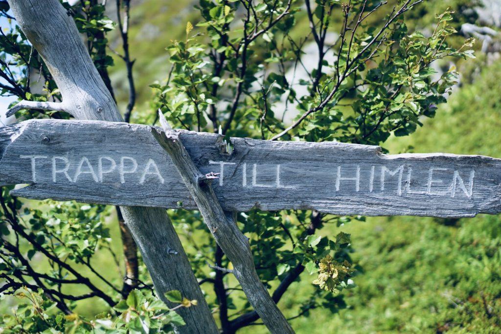 """Skylt med texten """"Trappa till himlen""""."""