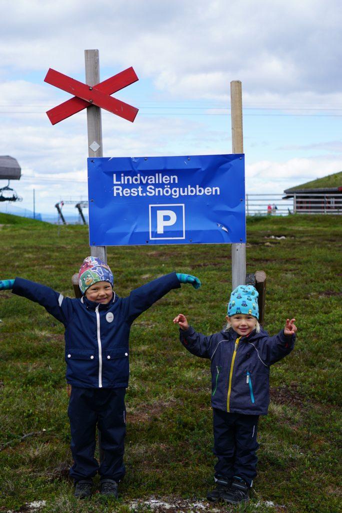 Love och Valter efter vandring till Stensjön i Lindvallen, Sälen.