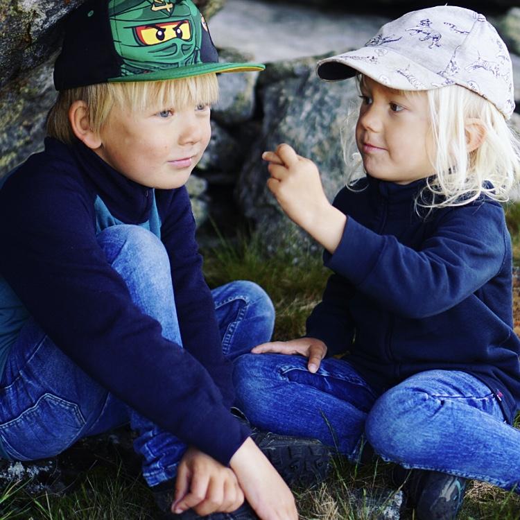 Love och Valter under konjaksstenen på väg ner från Åreskutans topp.