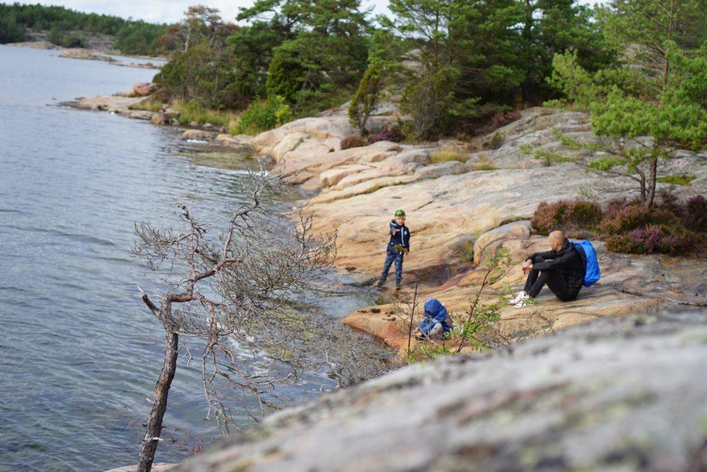Familjen på klipporna i Stendörrens naturreservat.