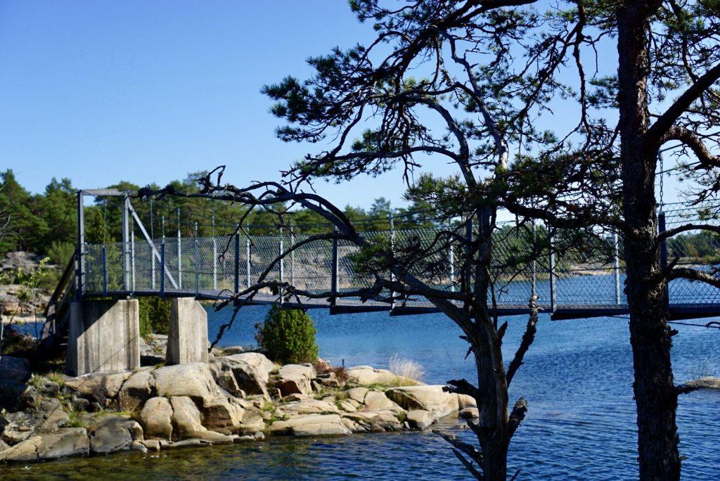 Hängbro över till Stora Krokholmen i Stendörrens naturreservat.