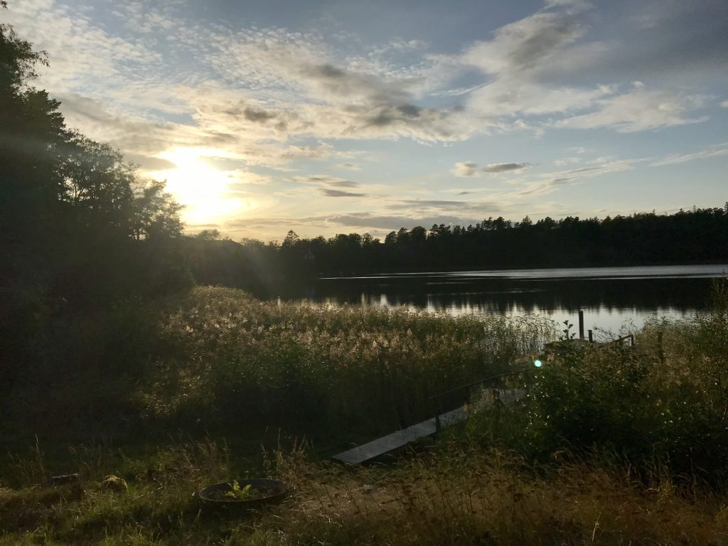 Solnedgång över sjön vid Nynäs slott.