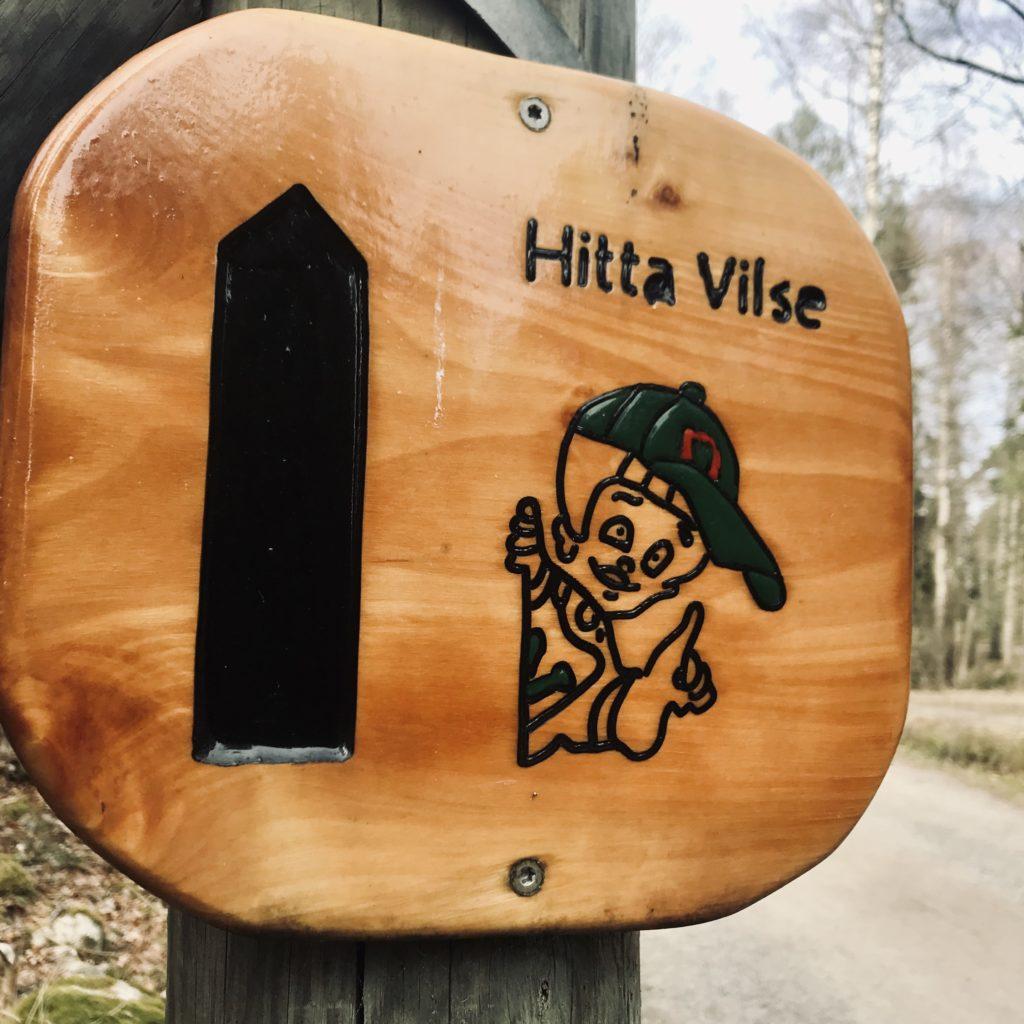 Skylt till Hitta Vilse-stigen på Lida Friluftsgård.