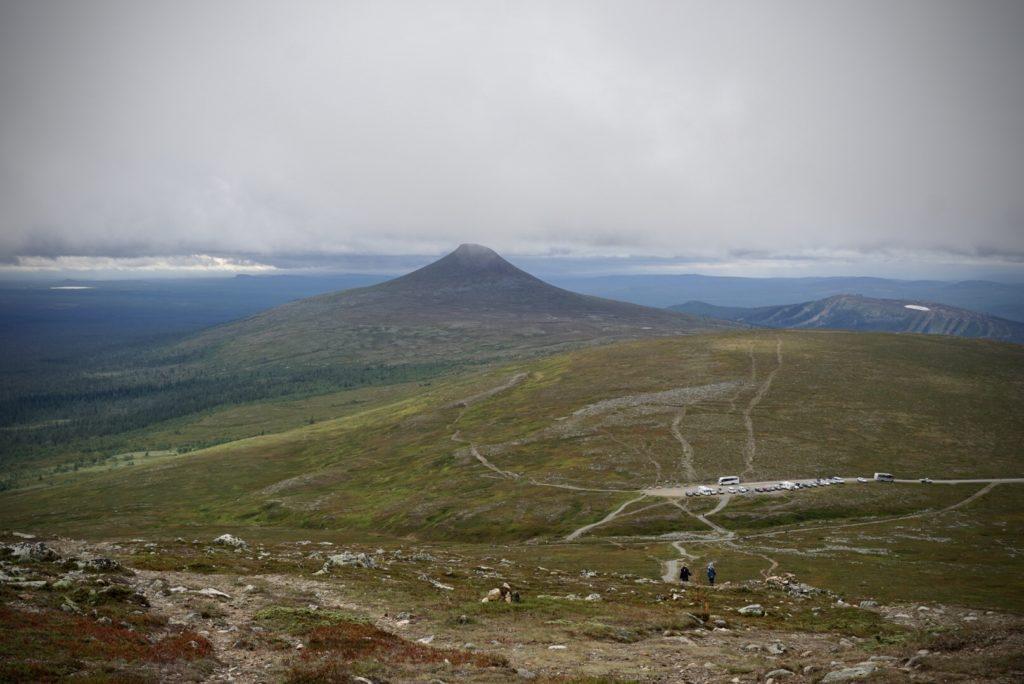 Utsikt från Nipfjället mot toppen Städjan mitt emot. Nipfjällets sommarparkering i mitten av bilden.