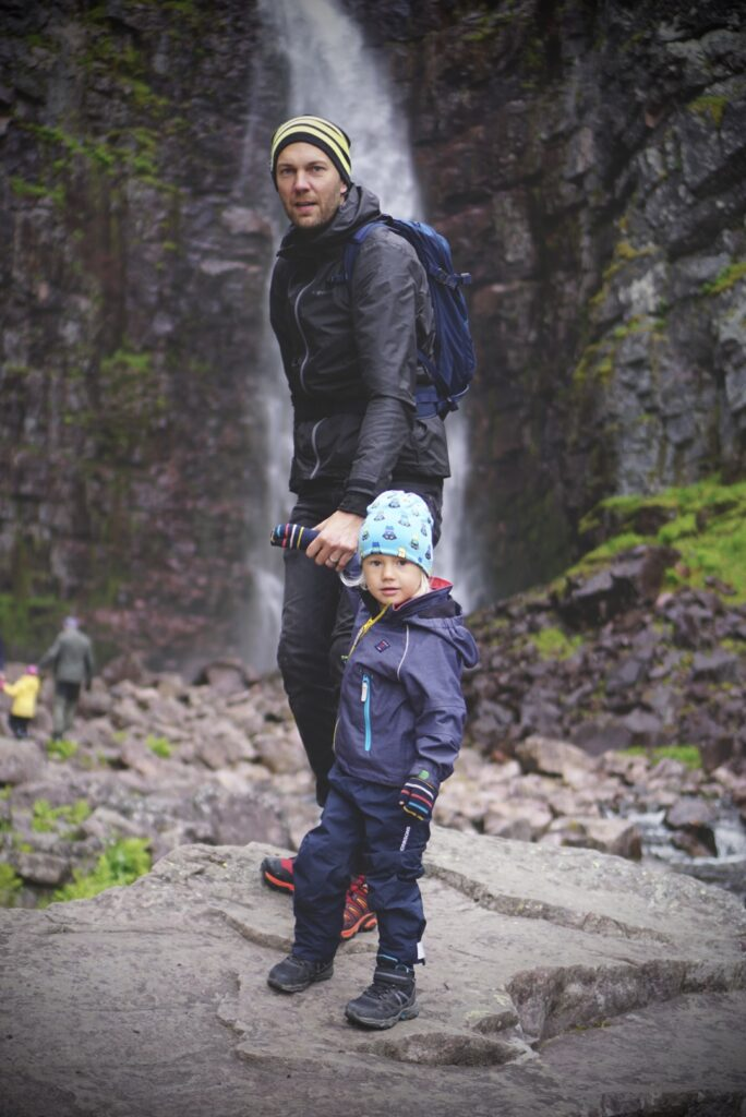 Petri och Valter framför vattenfallet Njupeskär.