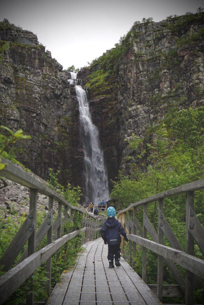 Valter på bron fram mot Njupeskär.