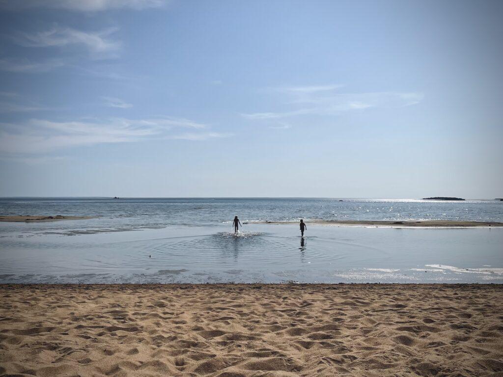 Barn badar vid stranden på Byske havsbad.