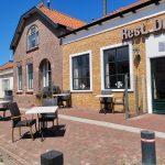Terras voorkant Restaurant de Schelde met zicht op Voorstraat