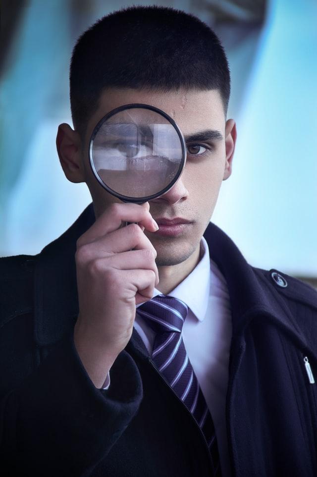 Detektiv med forstørrelsesglas.  Photo by Ali Hajian on Unsplash