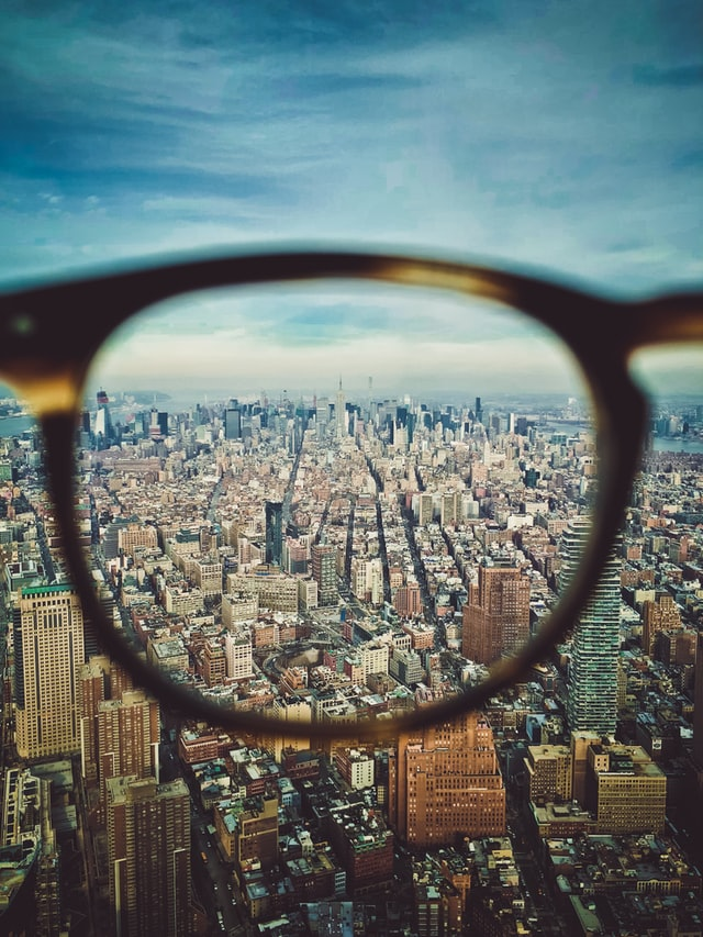 Billede af en by set gennem brilleglas