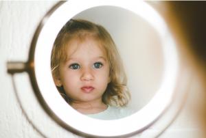 Kindje-met-spiegel-Rima-Baby-1