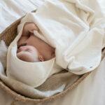 Baby in witte handdoek - Palais de leau - Rima Baby