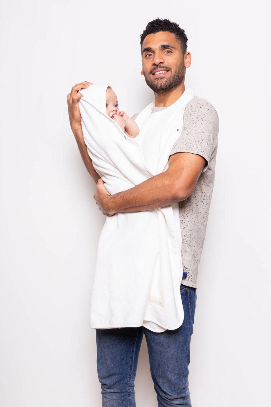 Vader met witte babyhanddoek - Palais de leau