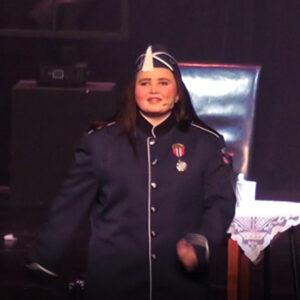 """Bilde av Ingebjørg som spiller en korpsmusikant i revynummeret """"Det ordner seg"""""""