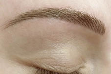 Nahaufnahme von Filling Brows Permanent Make-up