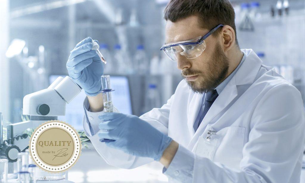 Chemiker mit Pipette und Riso-Quality Logo