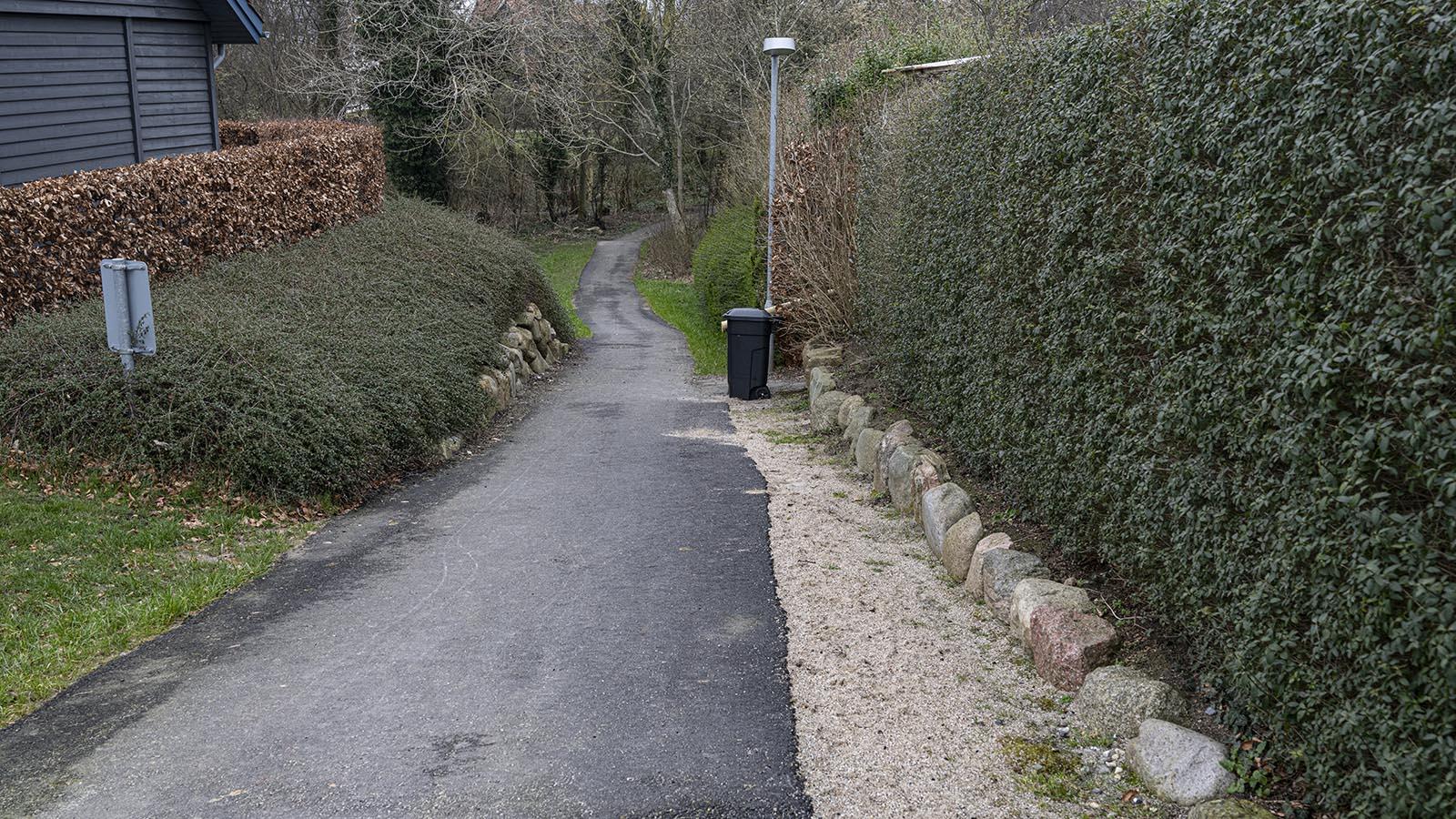 Stien ned til skoven, som nu er asfalteret