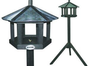 Smuk fuglefoderbræt med zinktag. Nyd synet havens fugle i haven ved at fodre på et smukt fuglefoderbræt.