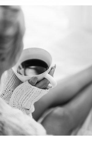 RUTIN | POSTER | Kvinna med en kaffekopp som rutin