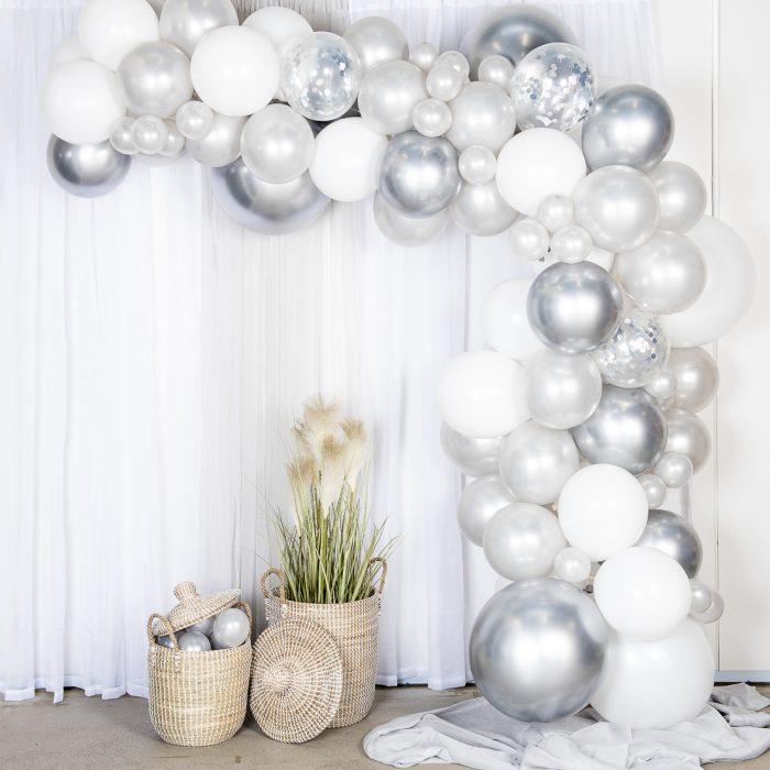 Ballong Arch silver En båge med silver och vita ballonger