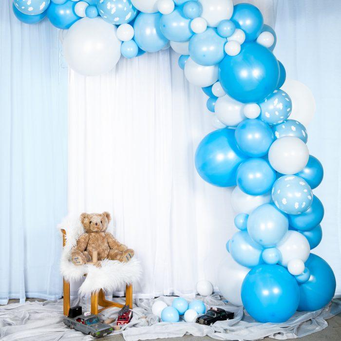 Ballong Arch blue En båge med blå och vita ballonger