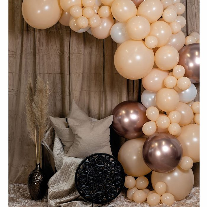 Ballong Arch blush En båge med kopparfärgade, beiga och vita ballonger