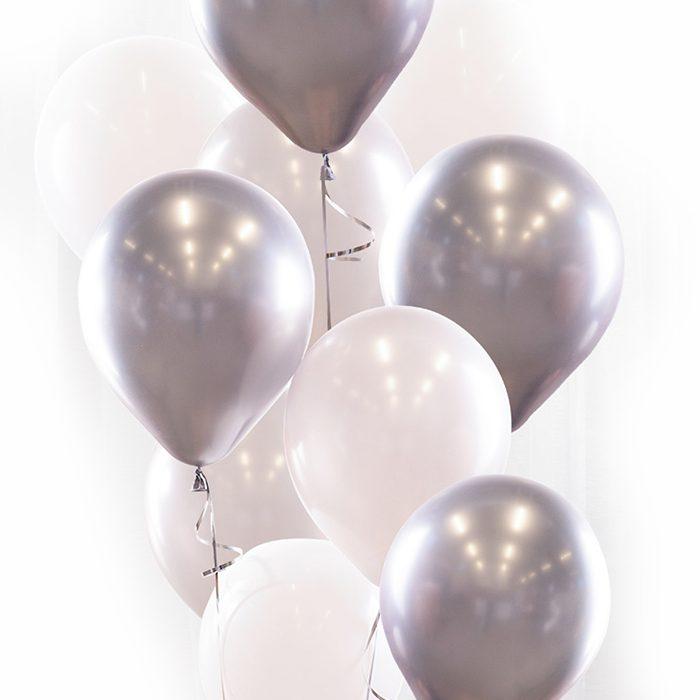 Ballongbukett silver Ett fång av ballonger i vitt och silver