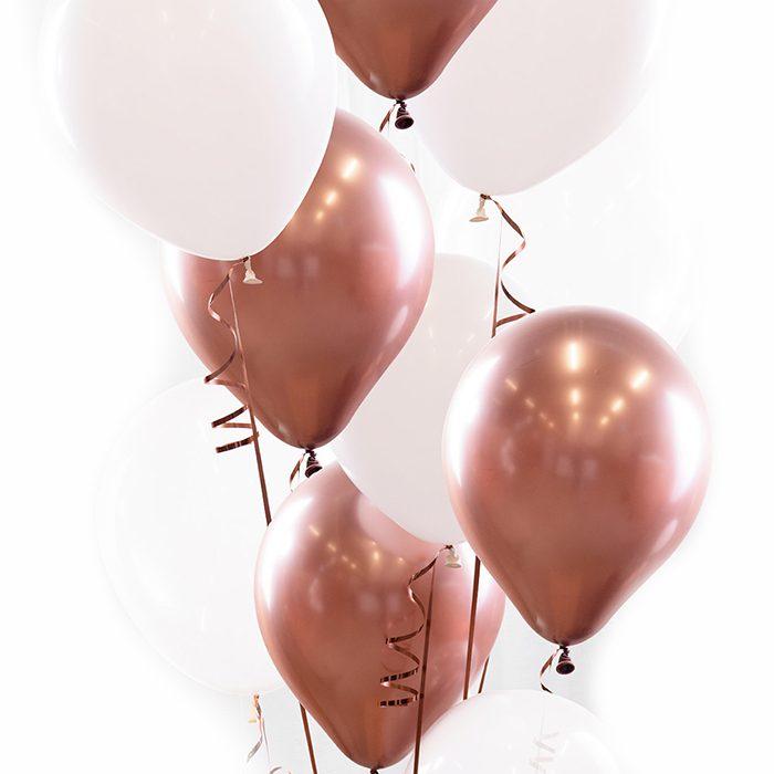 Ballongbukett rose gold. Ett fång med ballonger i vitt och rose guld