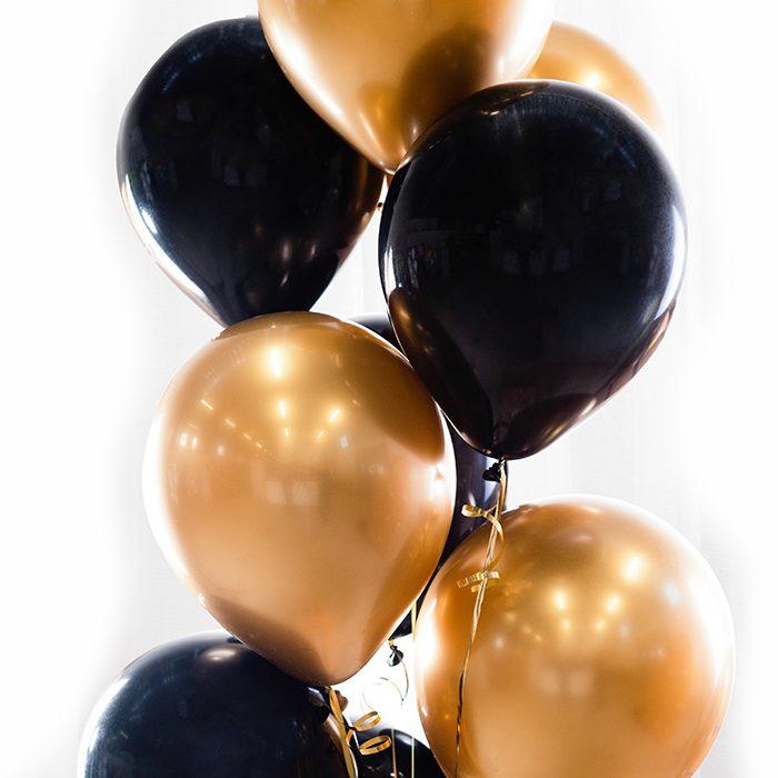 Ballongbukett Balck and gold Ett fång av svarta och guldfärgade ballonger