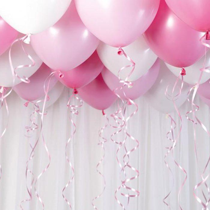 Ballong Ceiling pink Ett kit med rosa och vita ballonger att fästa i taket eller att blåsa upp med helium
