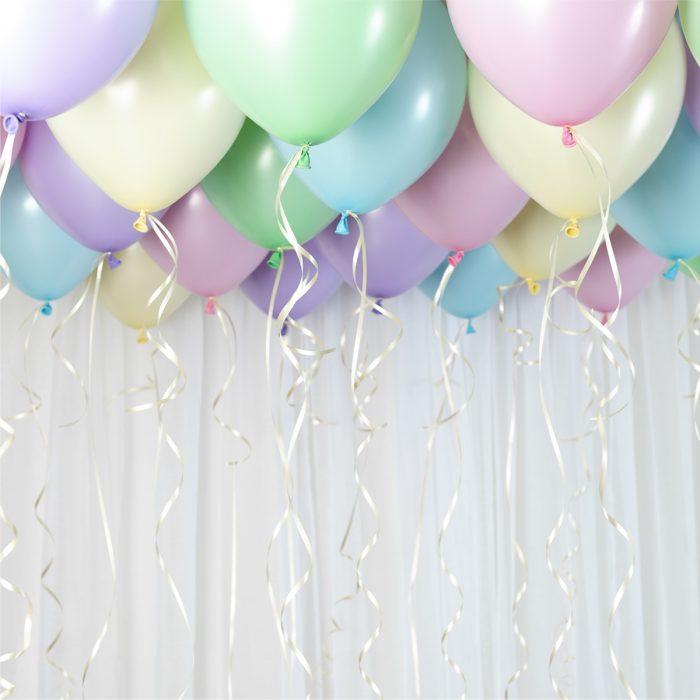 Ballong Ceiling pastel Ett kit med pastellfärgade ballonger att fästa i taket eller att blåsa upp med helium