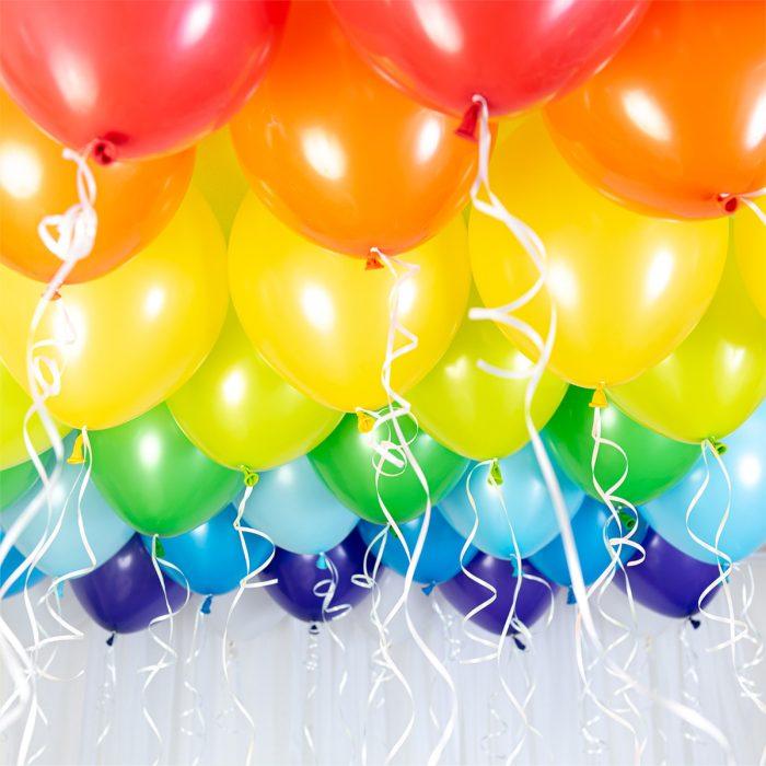 Ballong Ceiling Rainbow Ett kit med gula, blå, gröna, lila, orangea och gröna ballonger att fästa i taket eller att blåsa upp med helium