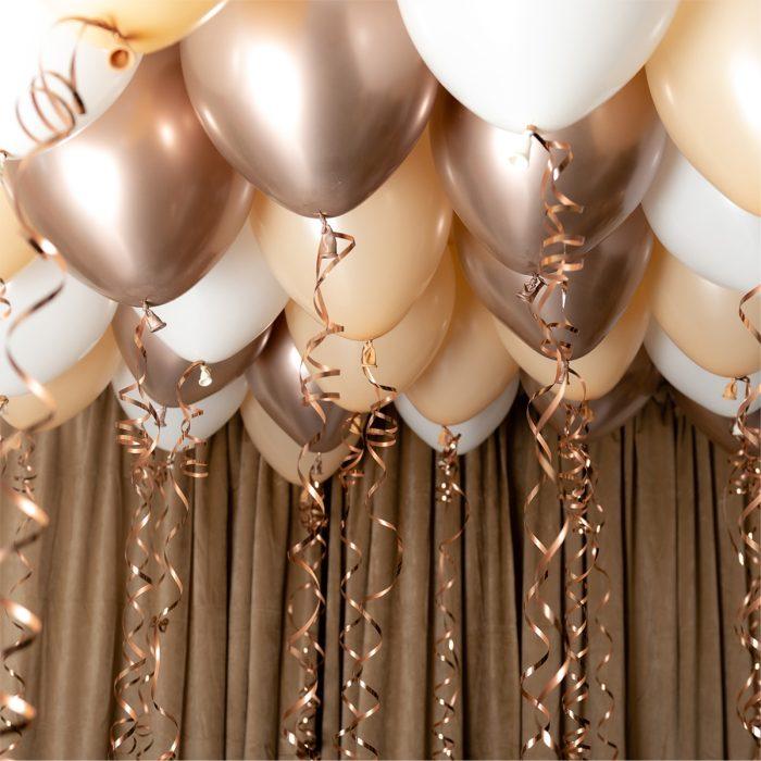 Ballong Ceiling Blush Ett kit med guld, beiga och vita ballonger att fästa i taket eller att blåsa upp med helium
