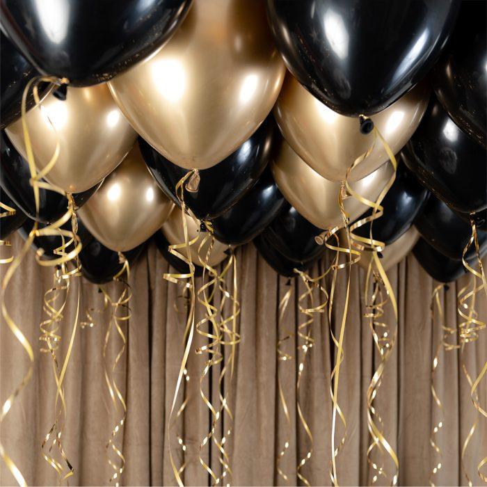 Ballong Ceiling black and gold Ett kit med guld och svarta ballonger att fästa i taket eller att blåsa upp med helium