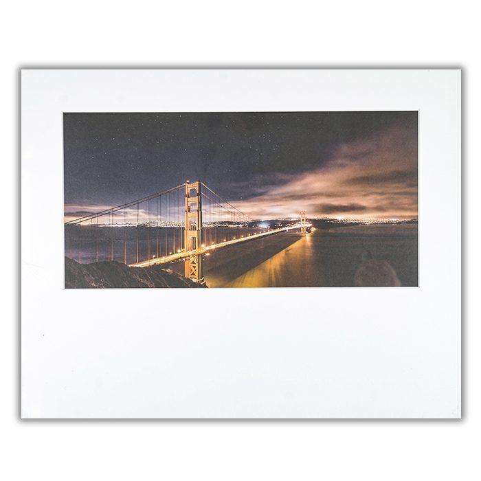 Golden Gate to Stars Fotograf: Javier de la Torre Ett foto av en stor bro med en upplyst stad i andra änden