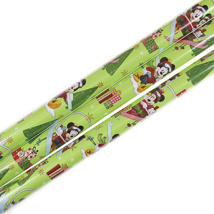 Presentpapper Omslagspapper Julpapper Disney 70 cm x 200 cm Mimmi Pigg och Musse Pigg (Minnie Mouse & Mickey Mouse) åker skidor omgivna av julklappar och julgranar, grön botten