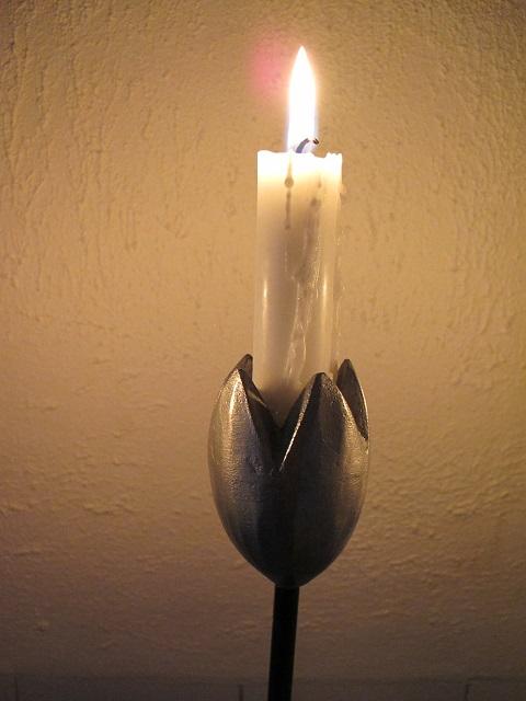 Roslagstorpets kandelaber, närbild tulpan med ljus